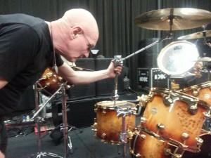 Chris Slade. Foto nos ensaios com o AC/DC em Los Angeles.