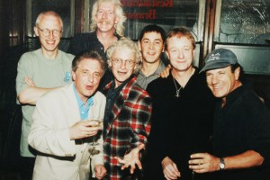 Brendan Healy com, da esquerda, Ray Laidlaw, Paddy MacDee , Billy Mitchell, Steve Coleman, John Miles e Brian Johnson