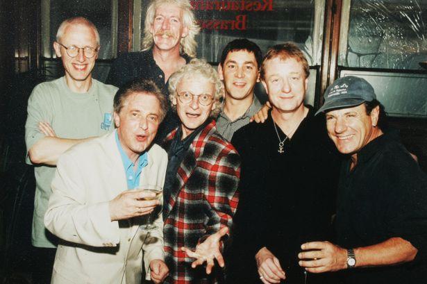 Brendan Healy com, da esquerda, Ray Laidlaw, Paddy MacDee , Billy Mitchell, Steve Coleman, John Miles and Brian Johnson
