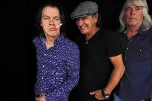 Angus Young, Brian Johnson e Cliff Williams. Foto do jornal LA Times.