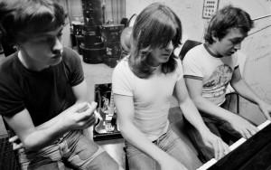 Angus Young, Malcolm Young e George Young nos estúdios da Albers anos 70.