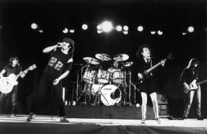 """Foto promocional do álbum """"Back in Black"""". Atlantic Records. 1980."""