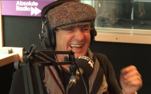 Brian Johnson durante a entrevista na Absolute Radio. 2014.