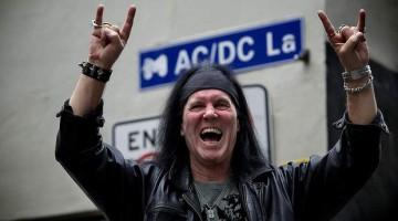 "Dave Evans na rua ""AC/DC Lane"" na Austrália."