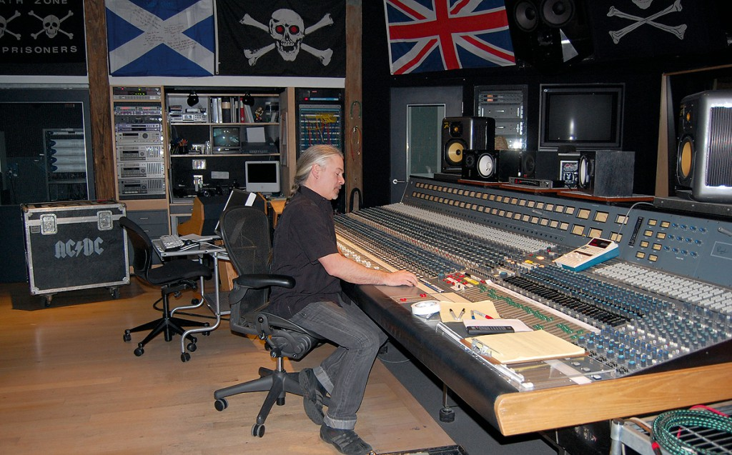 Foto do engenheiro de som do AC/DC durante as gravações do álbum Black Ice em 2008 no The Warehouse Studio.