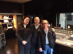 Rick com Geoff Banks (Técnico de Guitarras) e Richard Jones (Técnico de Bateria)