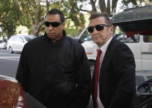 Phil Rudd e seu segurança na Corte Distrital de Tauranga - 2015