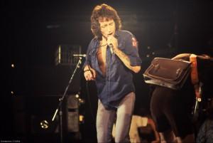 Bon Scott e Angus Young. AC/DC. Anos 70.