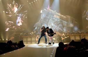 Brian Johnson e Angus Young. Turnê Black Ice foi a maior da história do AC/DC.