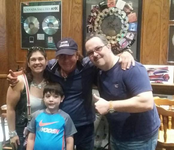 Brian Johnson em sua casa com a família do fã Osvaldo F.