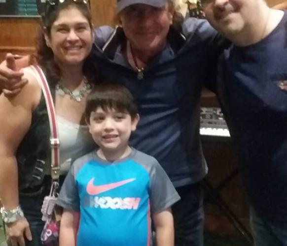 Brian Johnson com a família do fã Osvaldo F.