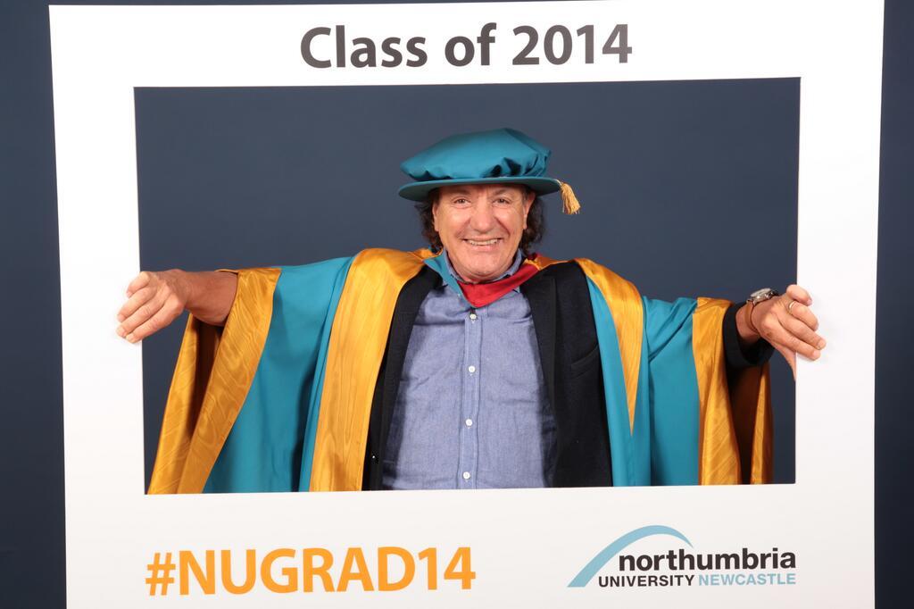 Brian Johnson recebe doutorado honorário em universidade de Newcastle