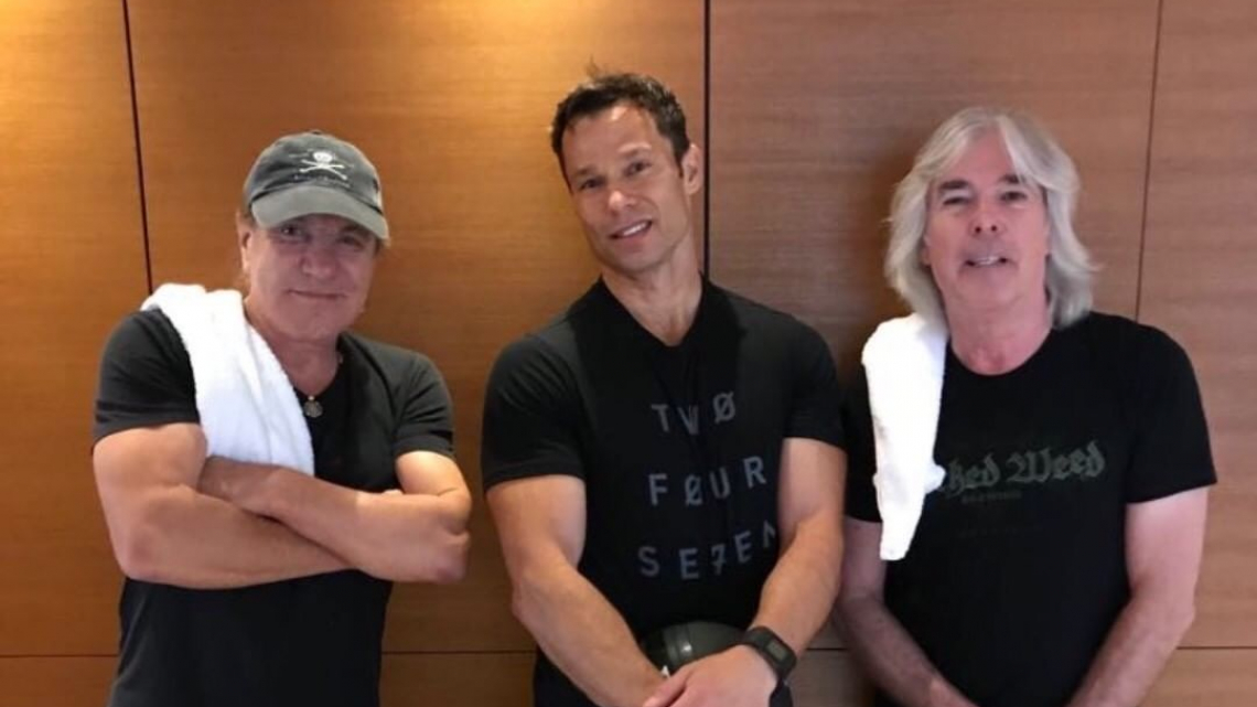 Brian Johnson, Scott Frinskie e Cliff Williams na academia do Shangri-La Hotel em 2018