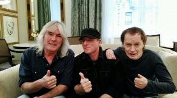 Cliff Williams, Michael Molenda e Angus Young. 2014.