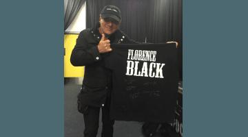 Brian Johnson com camiseta autografada pelo AC/DC
