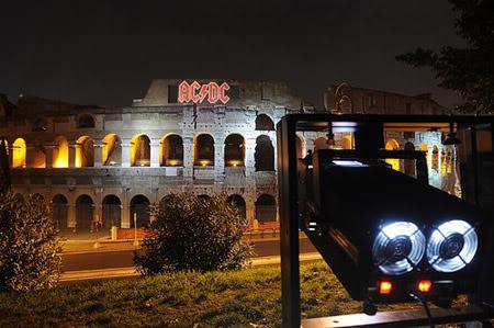 logotipo da banda projetado no coliseu em roma
