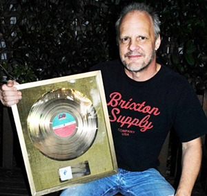 Mark Evans faz leilão de um prêmio de disco de ouro que recebeu da Atlantic Records France