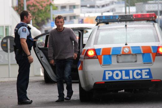 Baterista Phil Rudd foi preso em sua casa hoje.