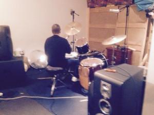 Phil Rudd tocando bateria em sua casa.