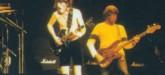Foto de Phil Carson no palco com a banda