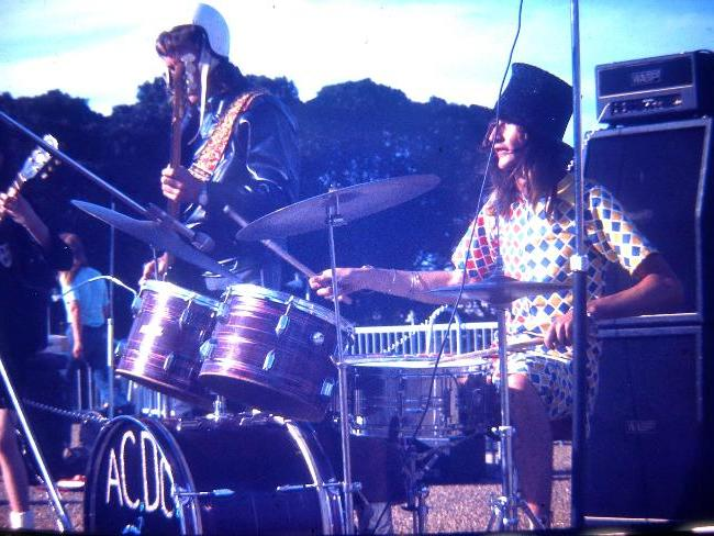 Neil Smith durante o show do AC/DC no Victoria Park, em Sydney, em 1974.
