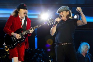 Angus Young e Brian Johnson. Gillette Stadium. 22 de agosto de 2015.