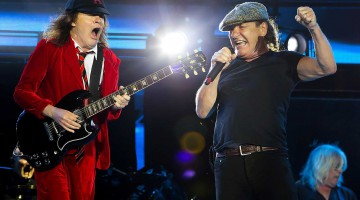 Angus Young e Brian Johnson. Gillette Stadium. 22 de agosto de 2015.