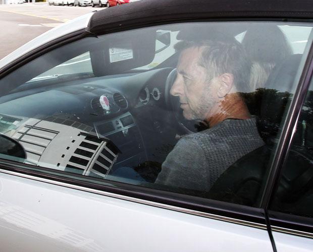 Phil Rudd deixando o tribunal na tarde de ontem.