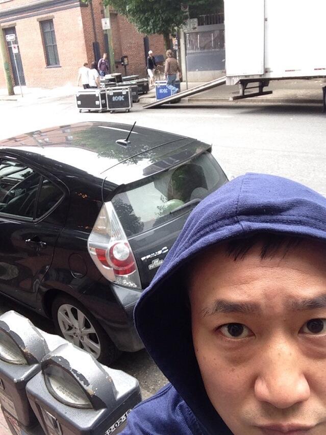 Foto do artista canadense Terry Chen. Ele afirma que a equipe estava levando os equipamentos para o estúdio