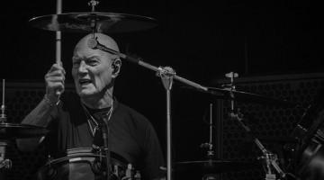Chris Slade durante a apresentação da turnê Rock Or Bust no Valle Hovin em Oslo, Noruega. © Christoffer Hansen
